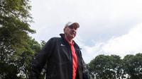 Pelatih Timnas Indonesia, Alfred Riedl, tiba sekitar pukul 08.00 WIB untuk memulai sesi latihan di Lapangan SPH Karawaci, Banten, Senin (12/12/2016). (Bola.com/Vitalis Yogi Trisna)