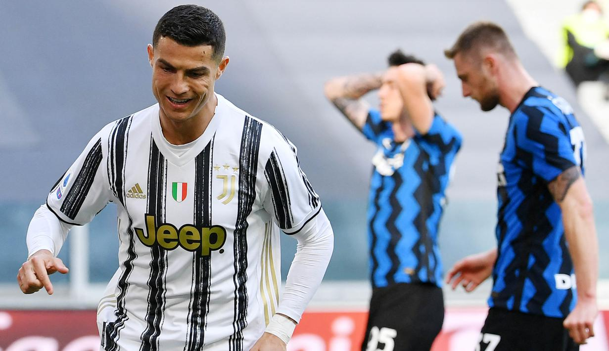 Striker Juventus, Cristiano Ronaldo, melakukan selebrasi usai mencetak gol ke gawang Inter Milan pada laga Liga Italia di Stadion Allianz, Sabtu (15/5/2021). Juventus menang dengan skor 3-2. (AFP/Isabella Bonotto)