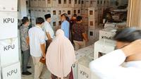KPU Indragiri Hulu membuka kotak suara sebagai bukti sengketa pilkada di Mahkamah Agung. (Liputan6.com/M Syukur)