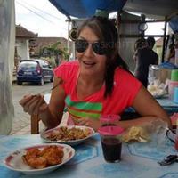 Tamara Bleszynski saat makan di warteg di Bali. Bahkan, ia terlihat beberapa kali membagikan foto saat makan masakan tegal. (Instagram/@tamarableszynskiofficial)