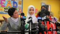 Khawlah Noman memberikan keterangan pers bersama sang ibunda di sekolahnya, Pauline Johnson Junior Public School, setelah melaporkan kepada polisi bahwa ia diserang oleh pria yang mencoba memotong hijabnya dengan gunting, Toronto, Ontario, Kanada.