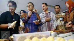 Ketua MPR Zulkifli Hasan mencoba kue buatan warga binaan di Rutan Wanita Pondok Bambu, Jakarta, Jumat, Jumat (27/5). Kunjungan itu dalam rangka menciptakan kemandirian dan keterampilan serta sosialisasi 4 Pilar Kebangsaan. (Liputan6.com/Yoppy Renato)