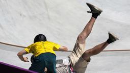 Nahas bagi juru kamera yang mengambil gambar Woolley dari sisi belakang, dia tertabrak hingga terjatuh saat masih memegang kamera. (Foto: AP/Ben Curtis)