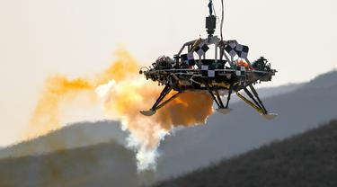 Seorang pendarat menjalani uji coba pendaratan di Mars, Huailai, Hebei, China, Kamis (14/11/2019). Dalam uji coba tersebut pendarat dites melayang, penghindaran rintangan, dan kemampuan perlambatan. (AP Photo/Andy Wong)