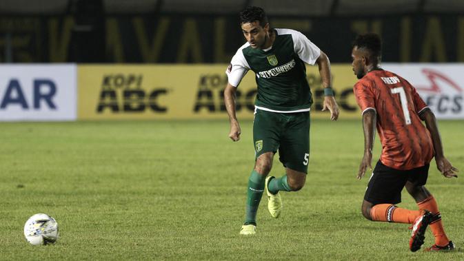 Bek Persebaya Surabaya, Otavio Dutra, mengirim umpan saat melawan Perseru Serui pada laga Piala Presiden 2019 di Stadion Si Jalak Harupat, Bandung, Sabtu (2/3). Persebaya menang 3-2 atas Perseru. (Bola.com/Yoppy Renato)
