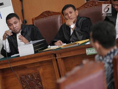 Terdakwa penyebaran berita bohong atau hoaks Ratna Sarumpaet (kiri) memperhatikan saksi yang dihadirkan dalam sidang lanjutan di PN Jakarta Selatan, Jakarta, Kamis (9/5/2019). Sidang beragendakan mendengar keterangan saksi ahli dan fakta. (Liputan6.com/Faizal Fanani)