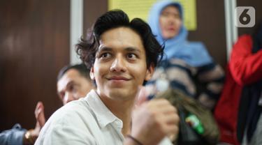 Aktor Jefri Nichol mengikuti sidang lanjutan dengan agenda pembacaan tuntutan di Pengadilan Negeri Jakarta Selatan, Senin (21/10/2019).  Dalam persidangan tersebut, Jefri Nichol dituntut jaksa 10 bulan penjara dikurangi masa penahanan. (Liputan6.com/Immanuel Antonius)