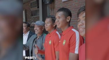 Pelatih dan pemain Timnas Indonesia dan Timnas Malaysia U-16 melangsungkan acara makan siang bersama setelah mengadakan 'Match Coordination Meeting' antara empat semifinalis tim dengan panpel pertandingan di Avenue Cafe, Java Paragon Hotel and Reside...