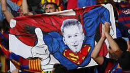 Spanduk Lionel Messi sebagai Superman. (Reuters/Michael Dalder)