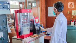 Petugas melakukan pengujian semen Hidraulis Tipe High Early (HE) di Balai Besar Bahan dan Barang Teknik (B4T) Kementerian Perindustrian, Jawa Barat. Semen Hidraulis tipe HE dengan nama PwrPro telah memenuhi standar SNI 8912-2020, Spesifikasi Unjuk Kerja Semen Hidraulis-Tipe HE. (Liputan6.com/HO/SIG)