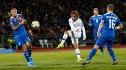 Penyerang Prancis, Antoine Griezmann melakukan tendangan ke arah gawang Islandia dalam laga lanjutan Grup H Kualifikasi Piala Eropa 2020. di Stadion Laugardalsvollur, Reykjavik, Jumat (11/10/2019). Timnas Prancis harus susah payah mengalahkan Islandia dengan skor 1-0. (AP/Brynjar Gunnarsson)
