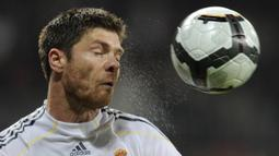 2. Xabi Alonso - Memulai karier di Real Sociedad dan mengakhiri perjalanannya bersama klub Jerman, Bayern Munchen. Xabi memenangi dua trofi Liga Champions, bersama Liverpool pada 2005 serta Real Madrid pada 2014. (AFP/Javier Soriano)