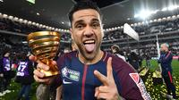 Gaya Dani Alves merayakan keberhasilan timnya meraih Coupe De La Ligue di Stade Matmut Atlantique, Bordeaux, Sabtu (31/3/2018) waktu setempat. PSG menang 3-0. (AFP/Franck Fife)