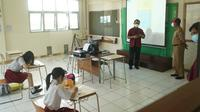 Sekda Kota Bandung Ema Sumarna meninjau simulasi pembelajaran tatap muka (PTM) di SD Santo Yusup 2, Kota Bandung, Senin (7/6/2021). (Liputan6.com/Huyogo Simbolon)