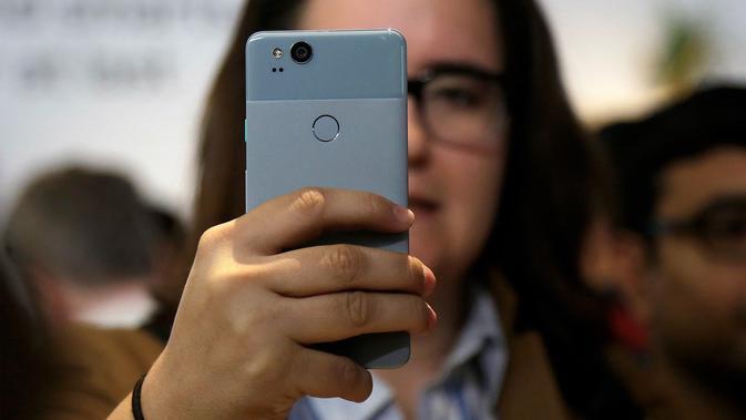 Salah satu pengunjung mencoba Pixel 2 XL di SFJAZZ Center, California, Rabu (4/10). Ponsel Pixel 2 dibanderol seharga Rp 8,7 juta, sementara Pixel 2 XL sekitar Rp 11,4 juta. Produk ini tersedia dipasaran 15 November 2017 mendatang. (AP Photo/Jeff Chiu)