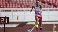 Atlet lompat jauh Indonesia, Settiyo Budi Hartanto, berlari saat tampil pada cabang atletik nomor lompat jauh  T 45/46/47 Asian Para Games di SUGBK, Jakarta, Senin (8/10/2018). (Bola.com/Vitalis Yogi Trisna)