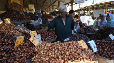 Aktivitas jual beli kurma memasuki bulan suci Ramadan di pasar mingguan di Islamabad pada 5 Mei 2019. Buah khas Timur Tengah, kurma, selama Bulan Ramadan ramai diburu untuk dihidangkan saat berbuka puasa. (Photo by AAMIR QURESHI / AFP)
