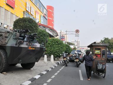 Panser Anoa terparkir di pusat perbelanjaan kawasan Glodok, Jakarta, Kamis (27/6/2019). TNI dan Polri mengamankan sejumlah pusat perbelanjaan di Jakarta guna mengantisipasi hal yang tidak diinginkan saat pembacaan putusan sidang sengketa Pilpres 2019. (merdeka.com/Iqbal Nugroho)