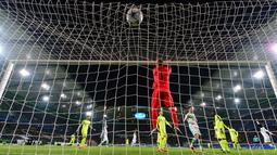 Kiper Gent, Matz Sels gagal mgnhalau bola sepakan pemain Wolfsburg, Andre Schuerrle yang berbuah gol pada leg kedua babak 16 besar  Liga Champion di di Volkswagen Arena, Wolfsburg, Rabu (9/3/2016) dini hari WIB. (AFP/John Macdougall)