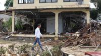 Presiden Joko Widodo atau Jokowi meninjau lokasi terdampak tsunami Selat Sunda di Carita, Banten, Senin (24/12). Usai meninjau dampak tsunami, Jokowi langsung menuju Puskesmas dan pengungsian. (Liputan6.com/Angga Yuniar)