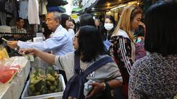 Sejumlah pembeli membeli makanan di gang, yang terkenal dengan pedagang kaki lima dan pakaian, sebelum mereka pergi bekerja di pusat kota Bangkok, Thailand (8/11/2019). (AP Photo/Aijaz Rahi)