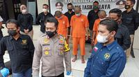 Kapolres Tasikmalaya AKBP Rimsyahtono menunjukan para pelaku curanmor AS dan RJA (27) serta FS (25), dua rekannya yang berasal dari Garut, Jawa Barat. (Liputan6.com/Jayadi Supriadin)