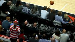President Amerika Serikat Barack Obama melempar bola pada pembukaan NBA antara  Cleveland Cavaliers melawan Chicago Bulls di Chicago, Selasa(27/10/2015). (REUTERS / Jonathan Ernst)