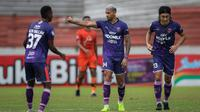 Pemain Persita Tangerang, Alex Dos Santos Goncalves (tengah) merayakan gol penyeimbang 1-1 ke gawang Persiraja Banda Aceh dalam laga pekan ke-7 BRI Liga 1 2021/2022 di Stadion Moch Soebroto, Magelang, Sabtu (16/10/2021). (Bola.com/Bagaskara Lazuardi)
