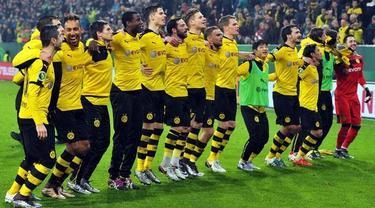 Para pemain Borussia Dortmund merayakan kemenangan atas Frankfurt dengan menyanyikan lagu jingle bells bersama para suporter.