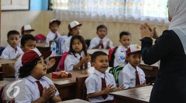 Sejumlah siswa dan siswi saat belajar di kelas di SD Pasar Baru 05, Jakarta, Senin (27/7/2015). Usai libur panjang Idul Fitri para siswa kembali beraktivitas mengikuti pelajaran di sekolah untuk tahun ajaran 2015-2016. (Liputan6.com/Faizal Fanani)