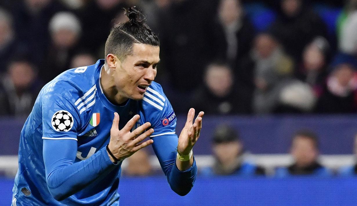 Striker Juventus, Cristiano Ronaldo, tampak kecewa usai ditaklukkan Lyon pada laga Liga Champions di Stadion Parc Olympique Lyonnais, Kamis (27/2/2020). Lyon menang 1-0 atas Juventus. (AFP/Philippe Desmazes)