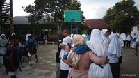 Siswa salah satu sekolah menengah di Hative Kecil, Sirimau, berhamburan ke luar kelas saat gempa mengguncang Pulau Ambon, Kamis (10/10/2019) sekitar pukul 11.30 WIB. (Liputan6.com/ Abdul Karim)