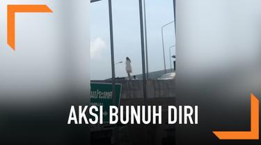 Seorang turis wanita mencoba bunuh diri dengan melompat di jembatan layang. Namun, secara tiba-tiba petugas berhasil menggagalkan aksi bunuh diri ini.