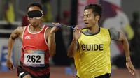 Pelari Indonesia, Abdul Halim Dalimunthe, saat beraksi pada nomor 100M T11 pria pada Asian Para Games di SUGBK, Jakarta, Rabu (10/10/2018). Abdul Halim meraih medali perak. (Bola.com/M Iqbal Ichsan)