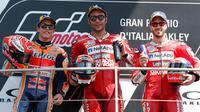 Pembalap Ducati asal Italia, Danilo Petrucci bersama Marc Marquez dan Andrea Dovizioso berada di atas podium usai memenangkan Grand Prix MotoGP Italia di sirkuit Mugello di Scarperia, Italia (2/6/2019). (AP Photo/Antonio Calanni)