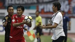 Bek Persija, Michael Orah, berusaha melakukan lemparan saat melawan Sriwijaya FC pada laga Liga 1 di Stadion Wibawa Mukti, Jawa Barat, Sabtu (24/11). Persija menang 3-2 atas Sriwijaya. (Bola.com/Yoppy Renato)