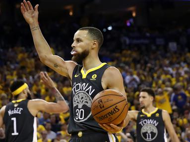 Pebasket Golden State Warriors, Stephen Curry, merayakan kemenangan atas Cleveland Cavaliers pada final NBA di Oracle Arena, Oakland, Minggu (3/6/2018). Warriors menang 122-103 atas Cavaliers. (AFP/Ezra Shaw)