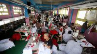 Sejumlah pekerja sedang menyelesaikan pembuatan kaos kampanye salah satu pasangan capres-cawapres di perusahaan konveksi rumahan di Bukit Duri, Jakarta, Selasa (1/7/2014).(Liputan6.com/Faizal Fanani)
