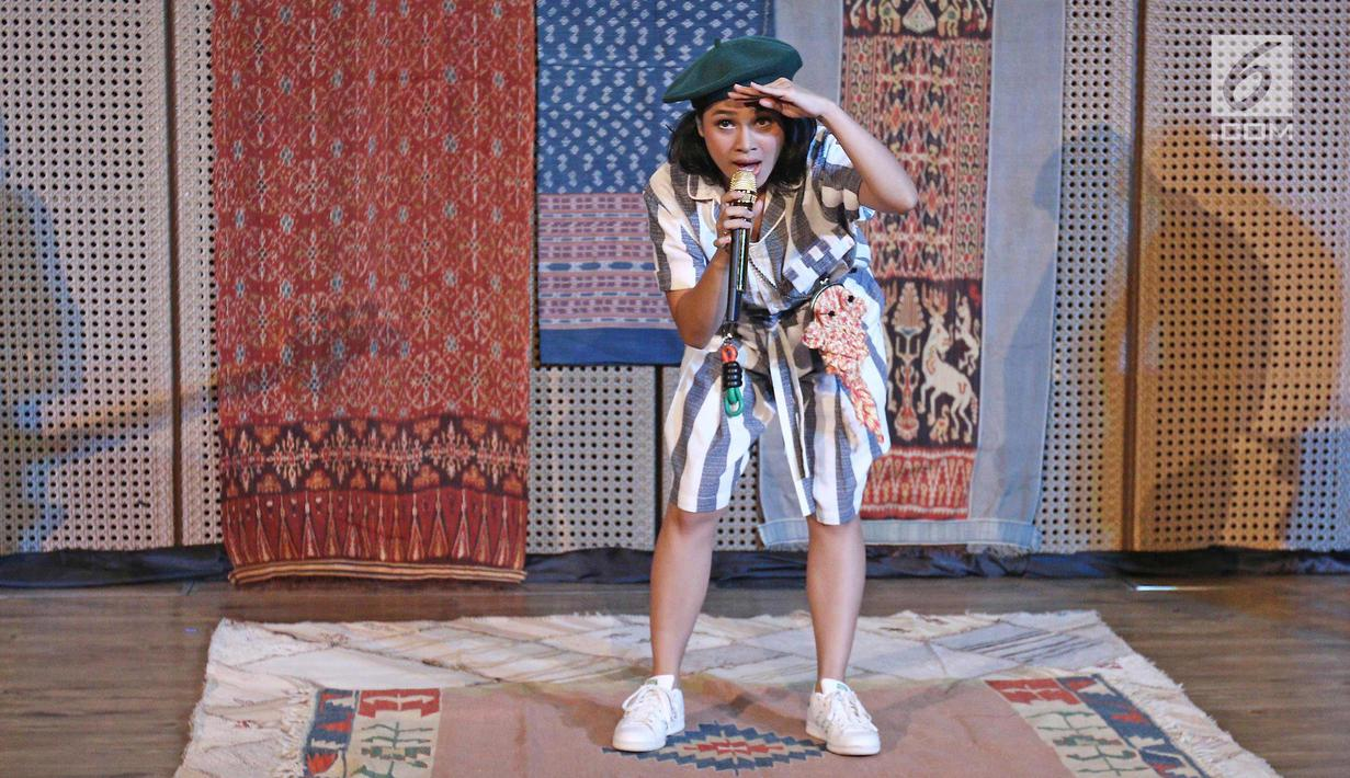 Gaya Andien saat launching album terbarunya yang bertajuk Metamorfosa di kawasan Thamrin, Jakarta, Rabu (4/10). Album terbaru andien yang bertajuk Metamorfosa mengambarkan rangkaian perubahan kehidupannya. (Liputan6.com/Herman Zakharia)