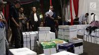 Petugas MK mengecek dokumen barang bukti yang diajukan tim BPN 02 pada sidang perselisihan hasil Pilpres 2019 di area Mahkamah Konstitusi, Jakarta, Kamis (13/6/2019). Sidang perselisihan hasil Pilpres 2019 akan berlangsung Jumat (14/6). (Liputan6.com/Helmi Fithriansyah)