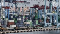 Aktivitas bongkar muat kontainer di dermaga ekspor impor Pelabuhan Tanjung Priok, Jakarta, Rabu (5/8/2020). Menurut BPS, pandemi COVID-19 mengkibatkan ekspor barang dan jasa kuartal II/2020 kontraksi 11,66 persen secara yoy dibandingkan kuartal II/2019 sebesar -1,73. (merdeka.com/Iqbal S. Nugroho)