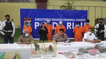 Konferensi pers pengungkapan penjualan sisik trenggiling di Polda Riau.