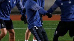 Gelandang Real Madrid, Cristiano Ronaldo berusaha mengontrol bola saat berlatih  berlatih jelang Final Piala Dunia Antar Klub di Yokohama, Jepang  (17/12). Real Madrid akan berhadapan dengan Kashima Antlers asal Jepang. (REUTERS / Toru Hanai)
