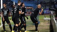 PSIS selebrasi setelah menjebol gawang Persela di Stadion Surajaya, Lamongan, Jumat (5/10/2018). (Bola.com/Ronald Seger Prabowo)