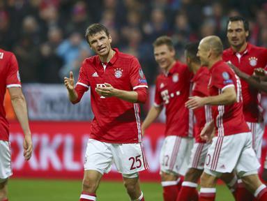 Para pemain Bayern Munchen merayakan gol Thomas Mueller saat melawaan PSV Eindhoven pada laga grup D Liga Champions di Allianz Arena, Munich, Kamis (20/10/16) dini hari WIB.  (Reuters/Michael Dalder)