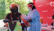 Pengemudi Gojek melakukan vaksin di Surabaya, Jawa Timur (27/03/2021). Allianz Life Syariah berkolaborasi dengan Halodoc dan Gojek Indonesia menyediakan Pos Pelayanan Vaksinasi COVID-19 guna mendukung pemerintan dalam program percepatan vaksinasi. (Liputan6.com/Pool)
