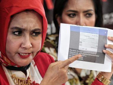 Penyanyi dangdut Tessa Mariska bersama kuasa hukum memberi keterangan terkait konflik dengan Ely Sugigi di Jakarta, Rabu (29/8). Tessa Mariska menanggapi pernyataan Ely Sugigi yang katanya telah dibayarkan pihak stasiun TV. (Liputan6.com/Faizal Fanani)