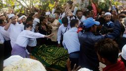 Umat Muslim saat menguburkan jenazah Ko Ni di Yangon, Myanmar (30/1). Ko Ni yang merupakan seorang seorang pengacara dan penasehat Partai Liga Nasional Demokrasi, NLD, pimpinan Aung San Suu Kyi. (AP Photo / Thein Zaw)