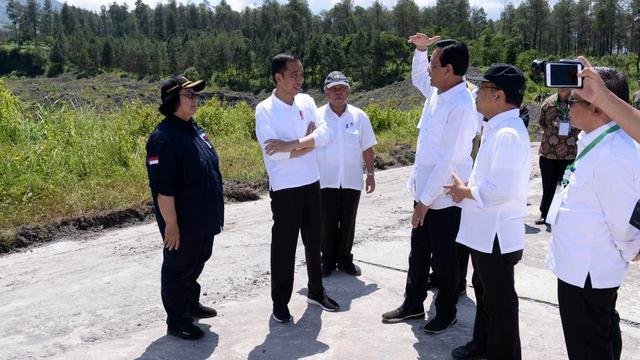 Presiden Jokowi saat mengecek upaya revitalisasi lahan kritis sekitar Dam Kali Putih, Magelang Jawa Tengah, Jumat (14/2/2020)