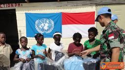 Citizen6, Haiti: Mayor Czi Harry Praptomo selaku Liasson Officer Satgas memberikan bingkisan seragam secara simbolis kepada anak-anak sekolah dasar dalam rangka peringatan HUT RI ke - 67.  (Pengirim: Badarudin Bakri)